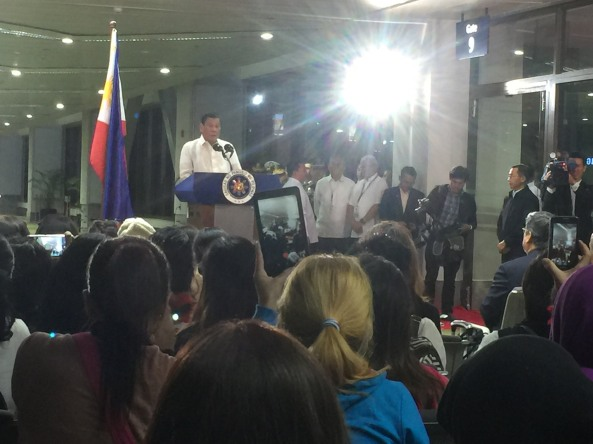 No prompter. Pres. Duterte speaking to repatriated OFWs at NAIA 1 in April 2017. (Shot by Anjo Bagaoisan)