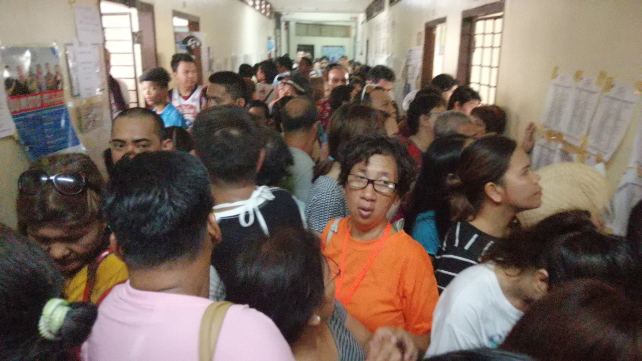 Packed hallway of voters at the Ignacio villamor High School in Pandacan, Manila on election day May 13, 2019 (Shot by Anjo Bagaoisan)