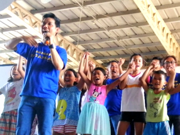 Rescuer Randy Hernandez leads evacuees of Taal eruption in singing his composition Share The Love (Photo by Anjo Bagaoisan)